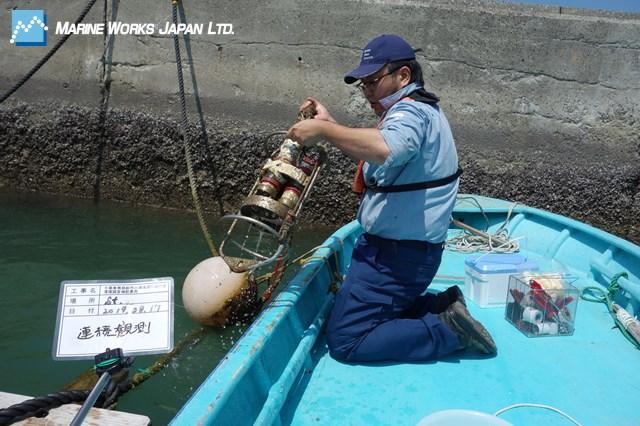 漁港に係留したセンサー回収